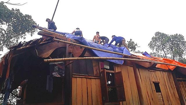 Chính quyền và nhân dân khắc phục hậu quả con lốc dùng bạt căng làm mái để gia đình có chỗ ở.