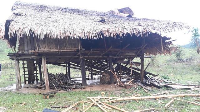 Một căn nhà sàn nhỏ bị lốc đánh sập một bên.