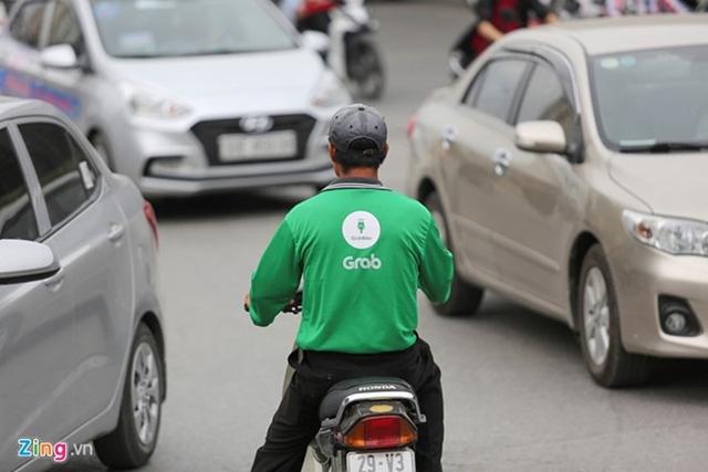 Ngoài GrabCar, UberX, dịch vụ GrabBike cũng tăng giá mạnh dịp Tết. Ảnh: Zing