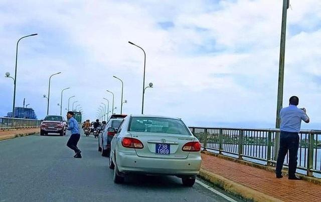 Chủ tịch Quảng Bình lên tiếng về đoàn xe biển xanh dừng trên cầu chụp ảnh - 1