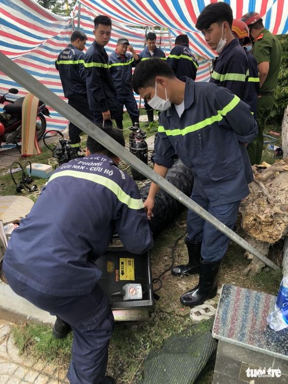 Người đàn ông tử vong trong hố ga, lực lượng PCCC hút khí độc đưa nạn nhân ra ngoài - Ảnh 1.