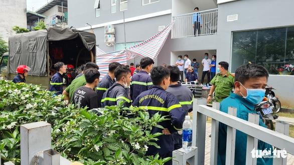 Người đàn ông tử vong trong hố ga, lực lượng PCCC hút khí độc đưa nạn nhân ra ngoài - Ảnh 2.
