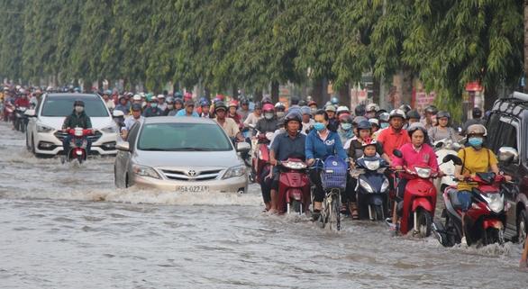 Bắt đầu thi công chống ngập trên Quốc lộ 1 các tỉnh miền Tây - Ảnh 2.