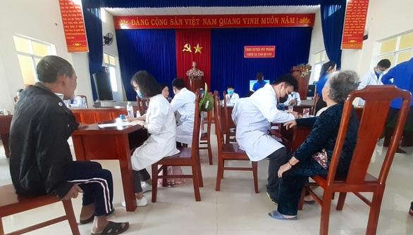 Khám bệnh, cấp thuốc miễn phí cho 300 người dân vùng bão - Ảnh 1.