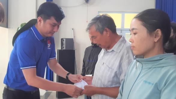 Khám bệnh, cấp thuốc miễn phí cho 300 người dân vùng bão - Ảnh 2.
