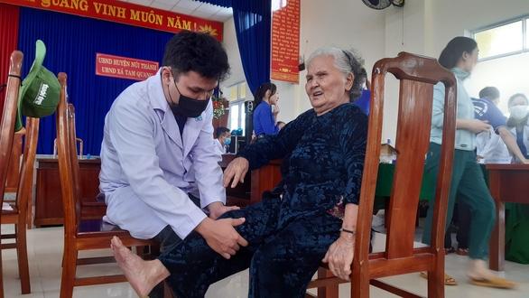 Khám bệnh, cấp thuốc miễn phí cho 300 người dân vùng bão - Ảnh 3.
