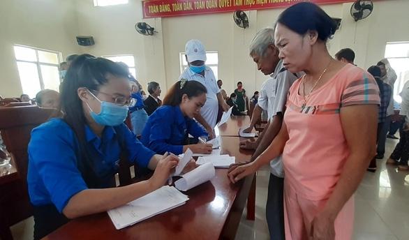Khám bệnh, cấp thuốc miễn phí cho 300 người dân vùng bão - Ảnh 4.
