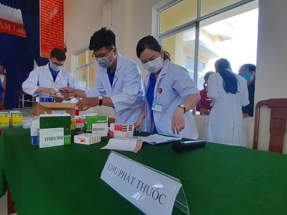Khám bệnh, cấp thuốc miễn phí cho 300 người dân vùng bão - Ảnh 5.