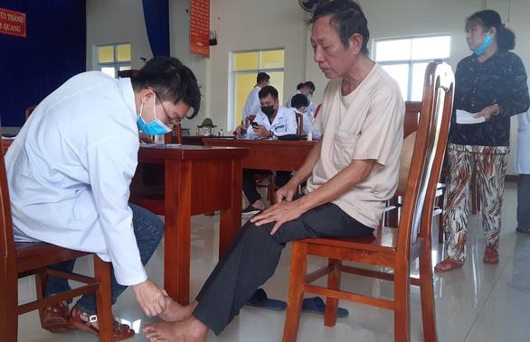 Khám bệnh, cấp thuốc miễn phí cho 300 người dân vùng bão - Ảnh 6.