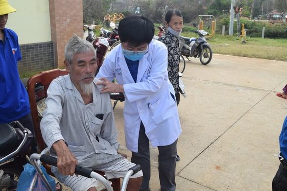 Khám bệnh, cấp thuốc miễn phí cho 300 người dân vùng bão - Ảnh 7.