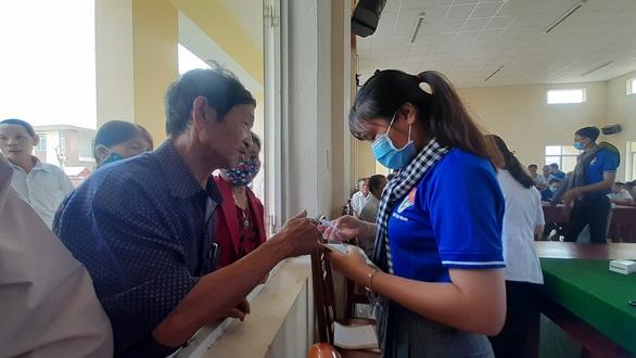 Khám bệnh, cấp thuốc miễn phí cho 300 người dân vùng bão - Ảnh 8.