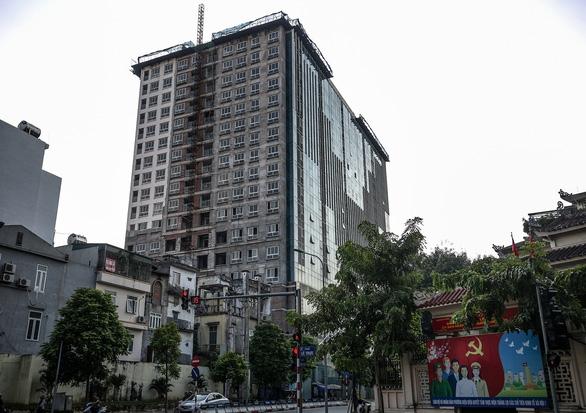 Hà Nội báo cáo Thủ tướng đã cắt ngọn xong tòa nhà 8B Lê Trực - Ảnh 2.