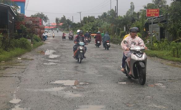 Nhiều tuyến đường miền Tây hư hỏng nặng sau mưa - Ảnh 2.