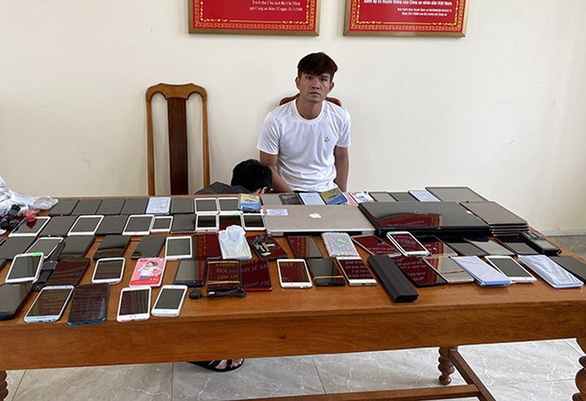 Bắt bảo vệ khách sạn trộm 80 điện thoại di động - Ảnh 1.