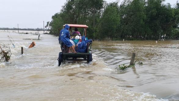 Xe công nông bị lật khi qua dòng nước lũ, một sinh viên tử nạn - Ảnh 1.