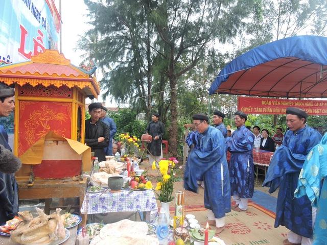 Các bô lão tổ chức nghi lễ cúng tế thần Nam Hải trong lễ ra quân
