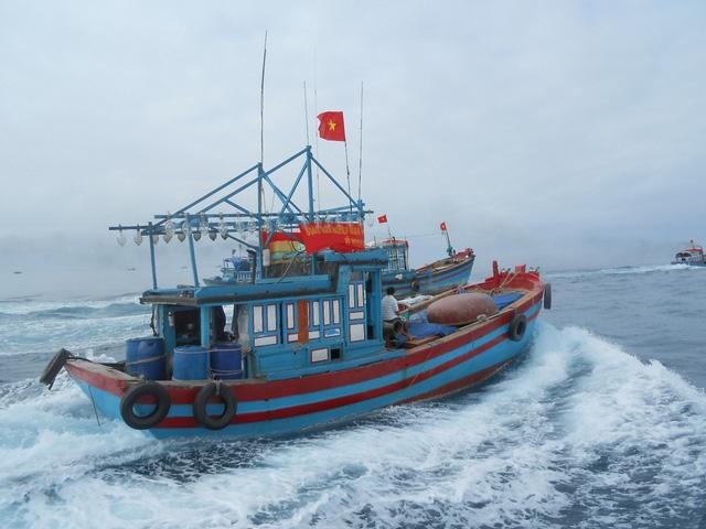 Tàu cá của ngư dân Lý Sơn rẽ sóng ra Hoàng Sa, Trường Sa