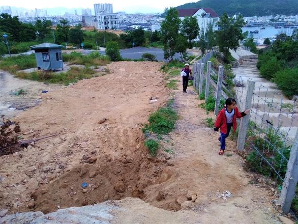 Doanh nghiệp dựng hàng rào chặn đường đi lại của dân - Ảnh 2.