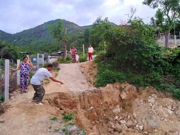 Doanh nghiệp dựng hàng rào chặn đường đi lại của dân - Ảnh 4.