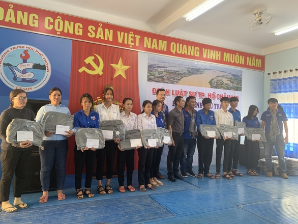 Đoàn luật sư TP.HCM trao 803 triệu đồng cứu trợ đồng bào miền Trung - Ảnh 1.