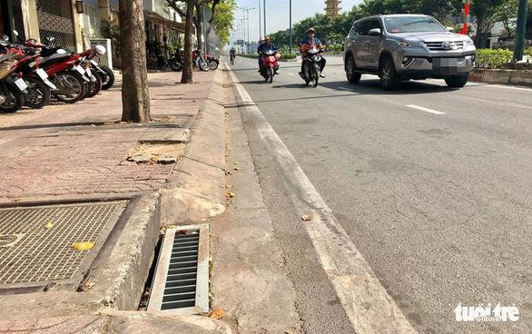 Bắt kẻ trộm 50 nắp chắn rác trên đường Phạm Văn Đồng - Ảnh 1.