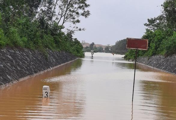 Hơn 900 hành khách đi tàu phải chuyển tải qua Nha Trang vì đường sắt ngập - Ảnh 1.