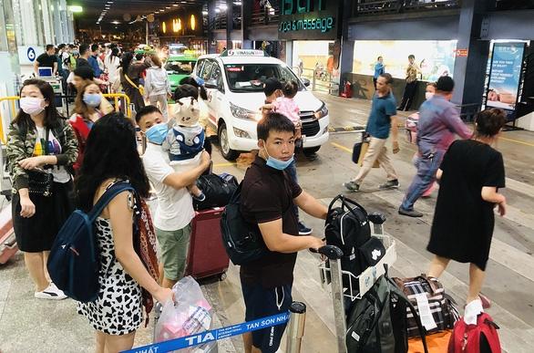 Hét giá taxi cao ở sân bay với lý do sân bay là vậy - Ảnh 1.
