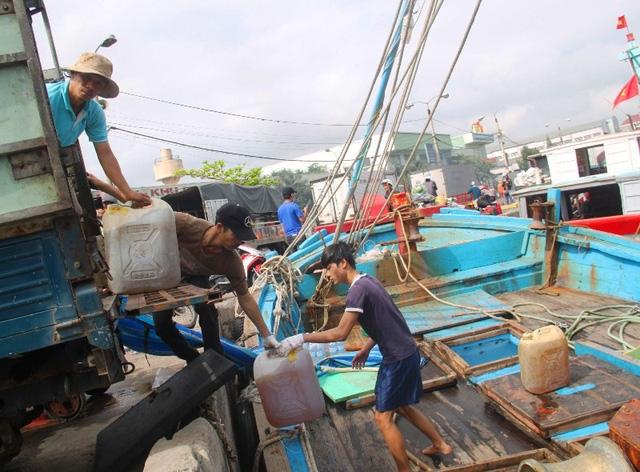 Ngư dân chuẩn bị tiếp nhiên liệu để cho chuyến biển dài cả tháng trên biển để khai thác thủy hải sản.