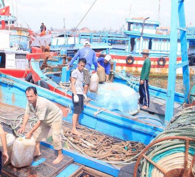 Hàng chục tàu cá tại cảng Quy Nhơn đang nạp nhiên liệu.
