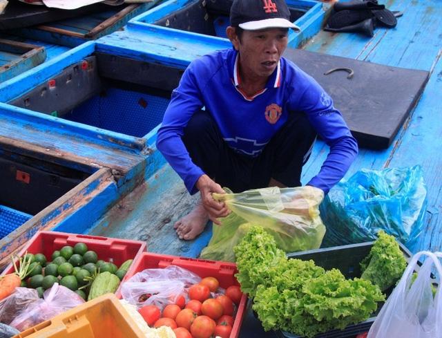 Ông Hoàng đang xếp rau quả để đưa lên tàu.