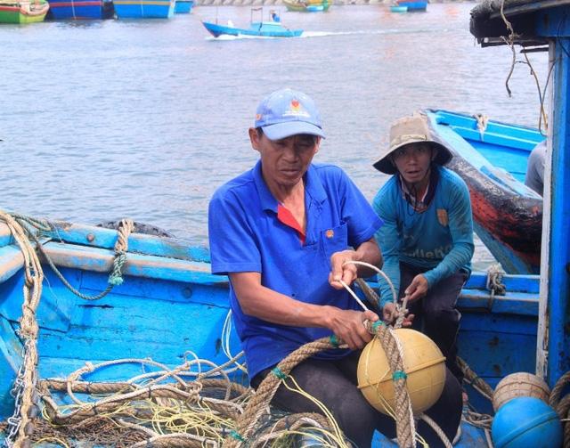 Ngư dân chuẩn bị ngư lưới cụ chuẩn bị vươn khơi khai thác thủy hải sản.