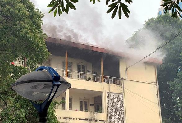 Cháy tại toà nhà 4 tầng trong trụ sở Bộ Xây dựng - Ảnh 1.