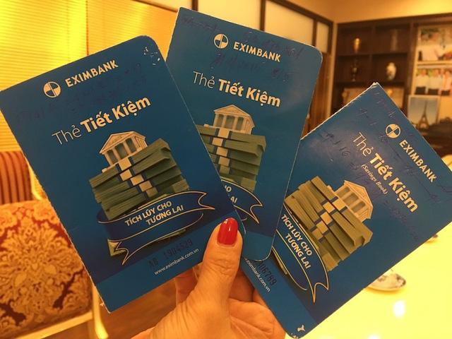 Bà Bình đưa phóng viên xem 3 cuốn sổ gốc bà đang giữ với số tiền chưa tính lãi là 245 tỷ đồng
