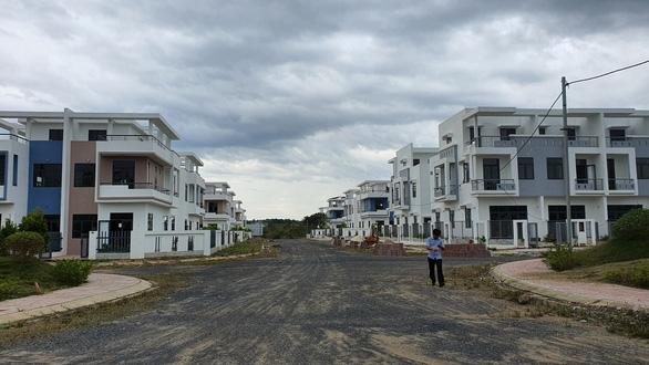 Vụ xây trái phép 488 căn nhà: Chủ tịch huyện nói 'sai rồi, phải xử trách nhiệm từng cá nhân' - Ảnh 2.