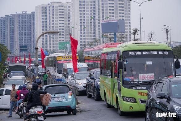 Xe cộ ở ở các cửa ngõ Hà Nội đều đứng hình, có nơi kéo dài 8 cây số - Ảnh 1.