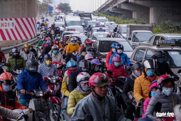 Xe cộ ở ở các cửa ngõ Hà Nội đều đứng hình, có nơi kéo dài 8 cây số - Ảnh 2.