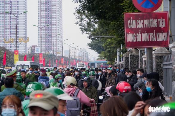Xe cộ ở ở các cửa ngõ Hà Nội đều đứng hình, có nơi kéo dài 8 cây số - Ảnh 6.
