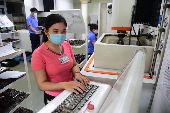 Nhiều lao động nữ thích thú với quy định mới - Ảnh 1.