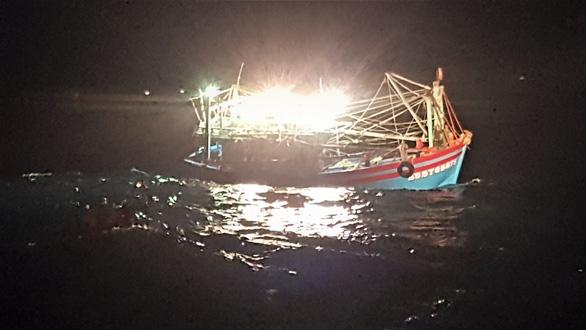 Cứu 7 ngư dân bị trôi dạt trên biển khi có gió mùa cấp 6 - Ảnh 1.