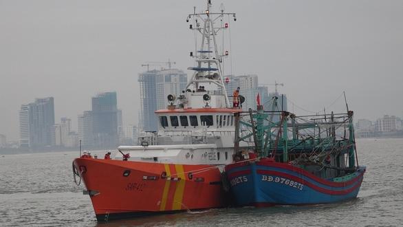 Cứu 7 ngư dân bị trôi dạt trên biển khi có gió mùa cấp 6 - Ảnh 2.