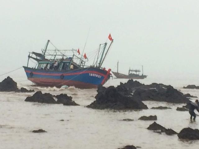 Tàu cá mang số hiệu NA - 95102 va vào đá ngầm, 2 ngư dân được cứu sống trong đêm.