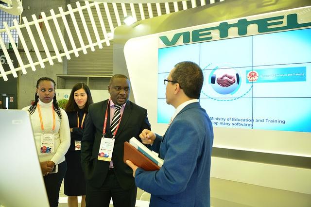 Gian hàng của Viettel giúp tập đoàn này tiếp cận và giới thiệu giải pháp đến các đối tác, nhà đầu tư...