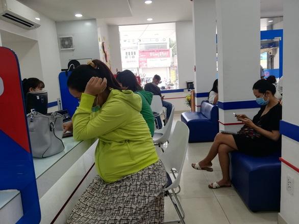 Ngày làm việc cuối của ngân hàng trước kỳ nghỉ tết: phòng giao dịch khá đông, ATM bớt kẹt - Ảnh 2.