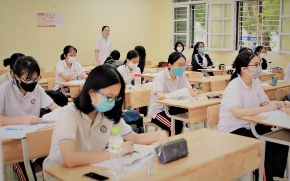 Học sinh Hà Nội trở lại trường ngày 2-3 - Ảnh 1.