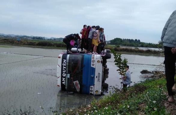 Tránh xe máy, ôtô chở 40 công nhân bay xuống ruộng - Ảnh 1.