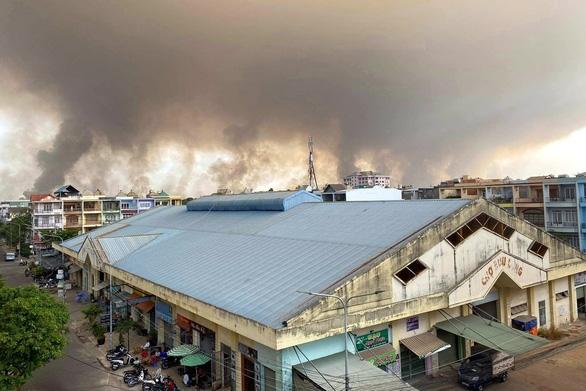 Khói bụi bốc cao hàng trăm mét do đốt cỏ trong sân bay Biên Hòa - Ảnh 2.