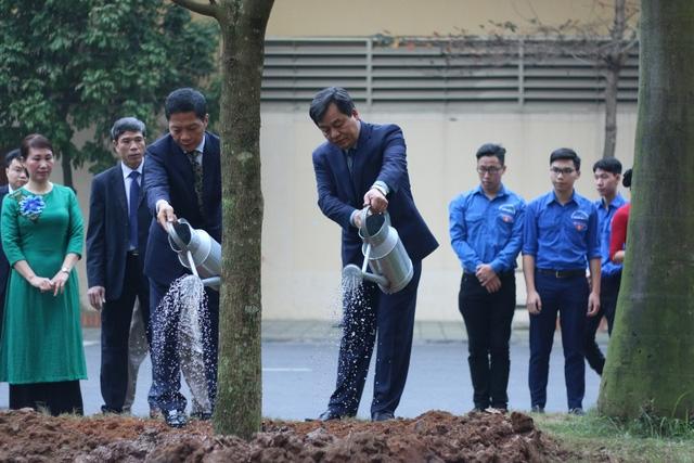Bộ trưởng Trần Tuấn Anh và PGS. TS. Trần Đức Quý - Hiệu trưởng Trường ĐH Công nghiệp Hà Nội trồng cây lưu niệm tại sân trường.