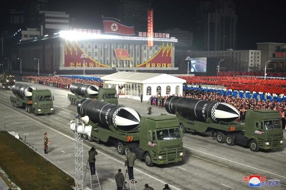 Mỹ, Nhật, Hàn bắt tay để buộc Triều Tiên bỏ hạt nhân - Ảnh 1.