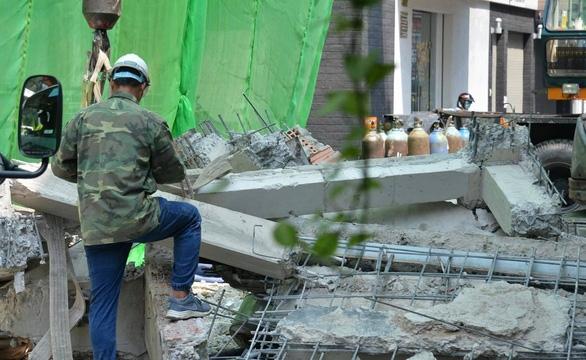 Cưỡng chế tháo dỡ các công trình sai phép tại quận 10 - Ảnh 2.