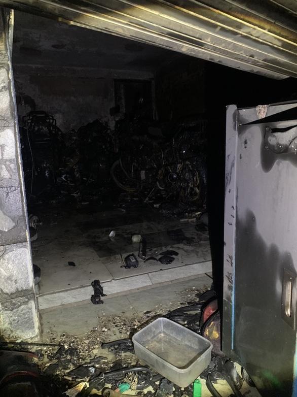 Cảnh sát PCCC cứu sống 5 người mắc kẹt trong đám cháy lúc rạng sáng - Ảnh 1.